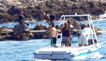 Madonna et famille à la plage au Cap d'Antibes  Antibes, France (7)