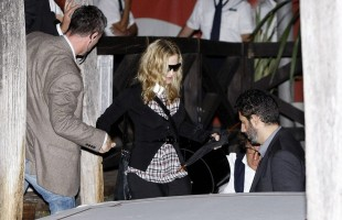 Madonna at Venice aiport (3)
