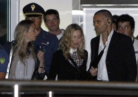 Madonna at Venice aiport (4)
