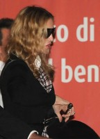 Madonna at Venice aiport (5)