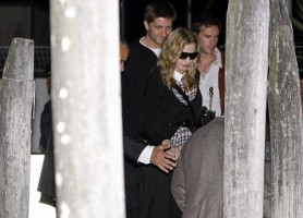 Madonna at Venice aiport (6)