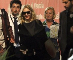 20110901-pictures-madonna-venice-airport-07