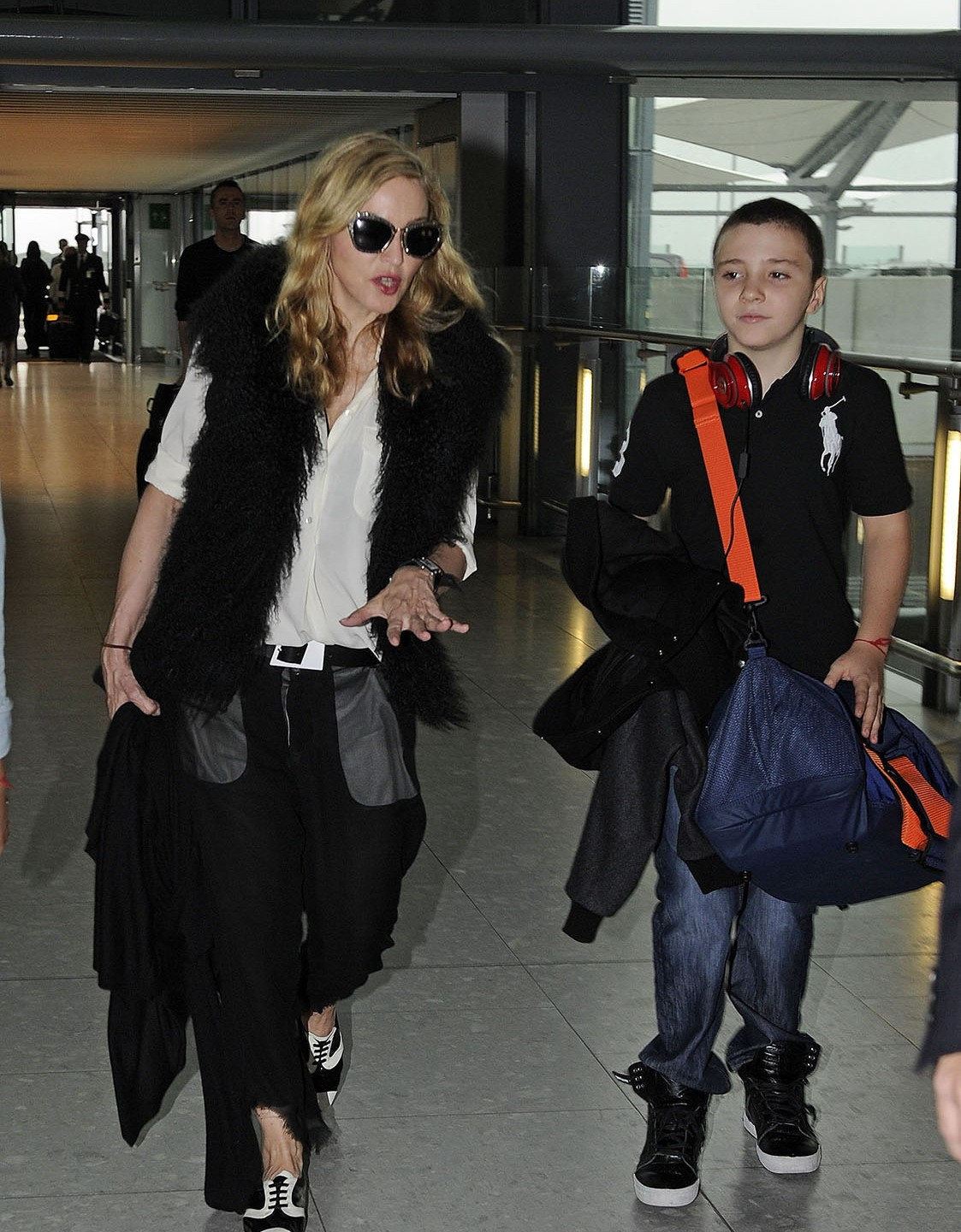 20110904-pictures-madonna-heathrow-airpo