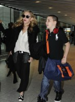 Madonna at Heathrow airport London, 4 September 2011 (4)