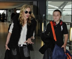 Madonna at Heathrow airport London, 4 September 2011 (6)