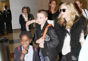 20110905-pictures-madonna-jfk-airport-new-york-07