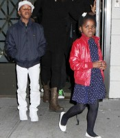 Madonna, kids and Steven Klein at Kabbalah Centre, New York - 28 October 2011 (11)
