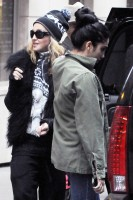 Madonna leaving the Kabbalah Centre in New York, 3 December 2011 (4)