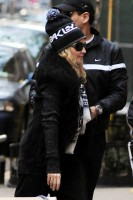 Madonna leaving the Kabbalah Centre in New York, 3 December 2011 (5)