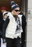 Madonna leaving the Kabbalah Centre, 10 December 2010 (3)