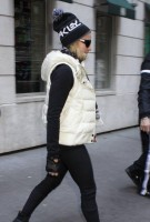Madonna leaving the Kabbalah Centre, 10 December 2010 (5)