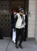 Madonna leaving the Kabbalah Centre, 10 December 2010 (6)