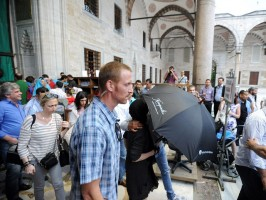 Madonna visits the Blue Mosque, Istanbul - 6 June 2012 (4)