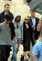 Madonna visits the Blue Mosque, Istanbul - 6 June 2012 (6)