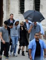 Madonna visits the Blue Mosque, Istanbul - 6 June 2012 (8)