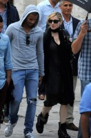 Madonna visits the Blue Mosque, Istanbul - 6 June 2012 (9)