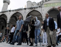 Madonna visits the Blue Mosque, Istanbul - 6 June 2012 (1)