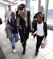 Queen Madonna wearing her grillz at Heathrow Airport, London - Reine (1)