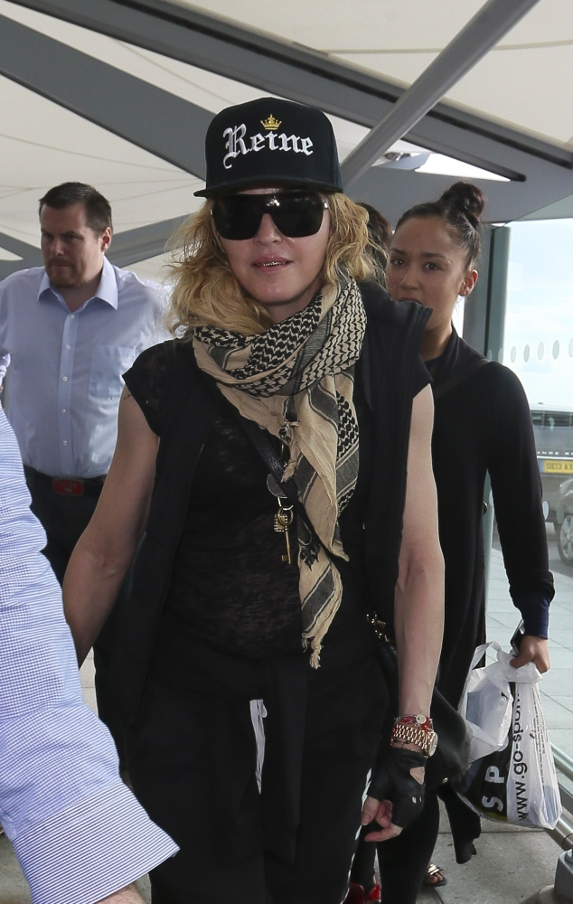 nouveaux styles meilleur grossiste style actuel Queen Madonna wears her grillz at Heathrow airport - Madonna ...