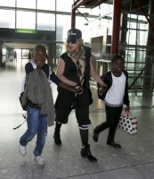 Queen Madonna wearing her grillz at Heathrow Airport, London - Reine (3)