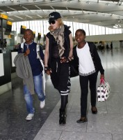 Queen Madonna wearing her grillz at Heathrow Airport, London - Reine (4)