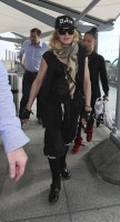 Queen Madonna wearing her grillz at Heathrow Airport, London - Reine (5)