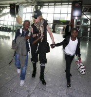 Queen Madonna wearing her grillz at Heathrow Airport, London - Reine (6)