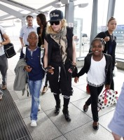 Queen Madonna wearing her grillz at Heathrow Airport, London - Reine (8)
