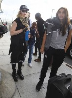 Queen Madonna wearing her grillz at Heathrow Airport, London - Reine (9)