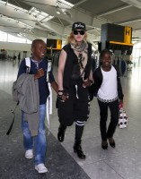 Queen Madonna wearing her grillz at Heathrow Airport, London - Reine (10)