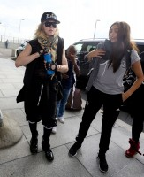 Queen Madonna wearing her grillz at Heathrow Airport, London - Reine (11)
