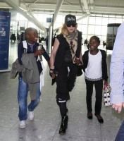 Queen Madonna wearing her grillz at Heathrow Airport, London - Reine (12)