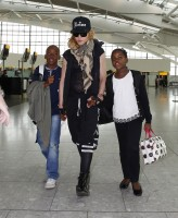 Queen Madonna wearing her grillz at Heathrow Airport, London - Reine (13)