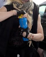 Queen Madonna wearing her grillz at Heathrow Airport, London - Reine (14)