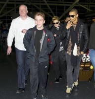 Madonna's new hairdo at JFK Airport in New York [24 March 2013] (4)