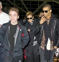 Madonna's new hairdo at JFK Airport in New York [24 March 2013] (5)