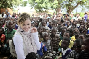 Madonna vistis Mkoko Primary School with family in Kasungu Malawi - 2 April 2013 (2)