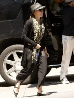 Madonna Kabbalah Centre New York - 15 June 2013 (5)