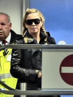 Madonna arriving at the Berlin airport - 18 October 2013 - Pictures (5)