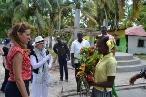 Madonna visits Ile à Vache with Sean Penn, Haiti - 26 November 2013 (7)