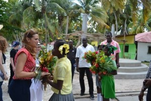 Madonna visits Ile à Vache with Sean Penn, Haiti - 26 November 2013 (8)