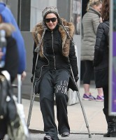 Madonna spotted on crutches in New York - 16 January 2014 (5)