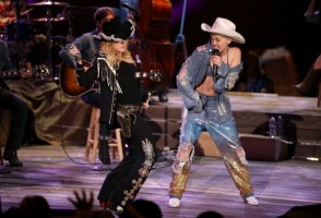 "Madonna and Miley Cyrus perform ""Don't Tell me/Can't Stop"" Duet - Pictures and video (15)"