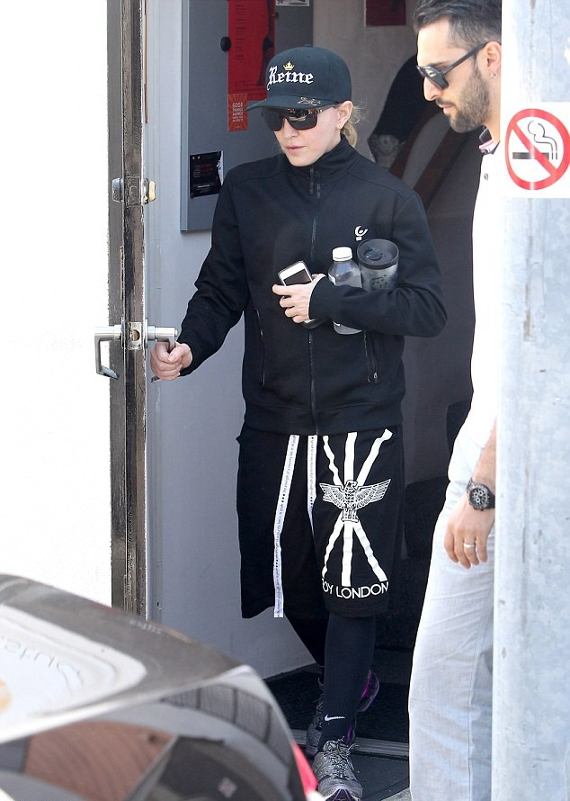 20140417-pictures-madonna-out-and-about-