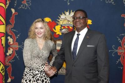 Madonna meets Malawi's president Peter Mutharika - 28 November 2014 (3)