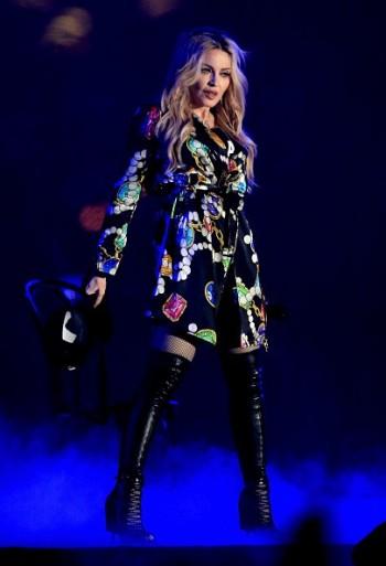 Madonna kisses Drake during surprise Coachella appearance - 12 April 2015 (14)
