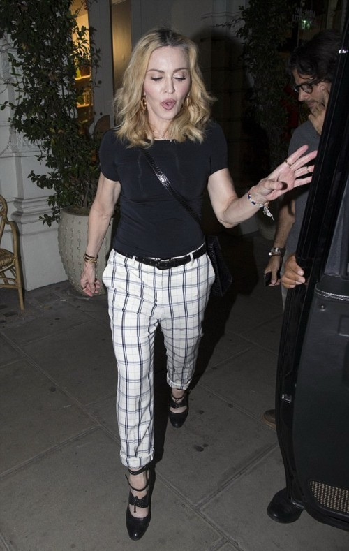 Madonna having dinner at Farmacy, London - 13 September 2016 - Pictures (9)