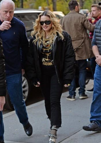 "Madonna shooting ""Carpool Karaoke"" video with James Corden, New York 16 November 2016 (10)"