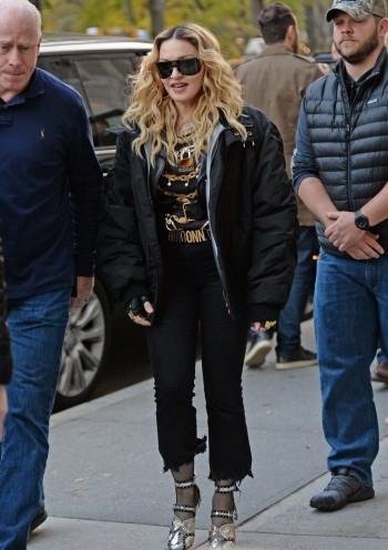 "Madonna shooting ""Carpool Karaoke"" video with James Corden, New York 16 November 2016 (11)"