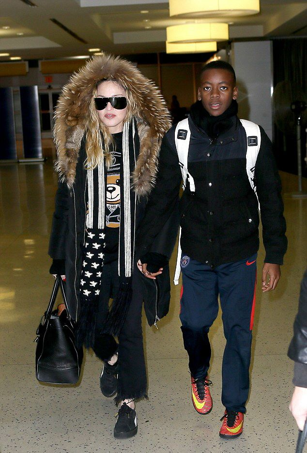 Madonna arrives at JFK Airport, New York - 20 December 2016 - Pictures (2)